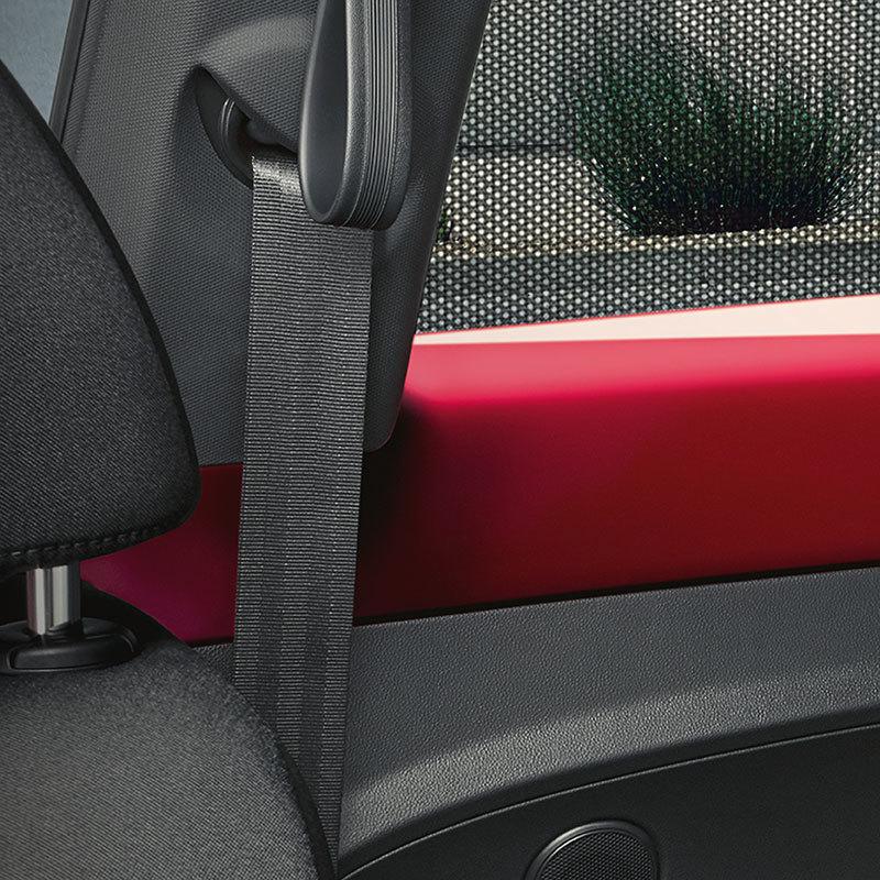 Sonnenschutz in schwarz für Türscheiben hinten und Heckscheibe, bietet UV-Schutz